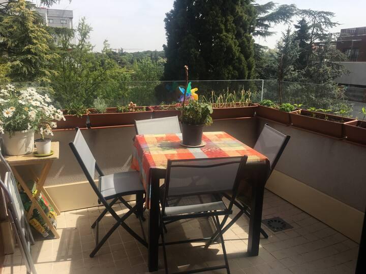 Apartamento moderno con jardín, terraza y piscina