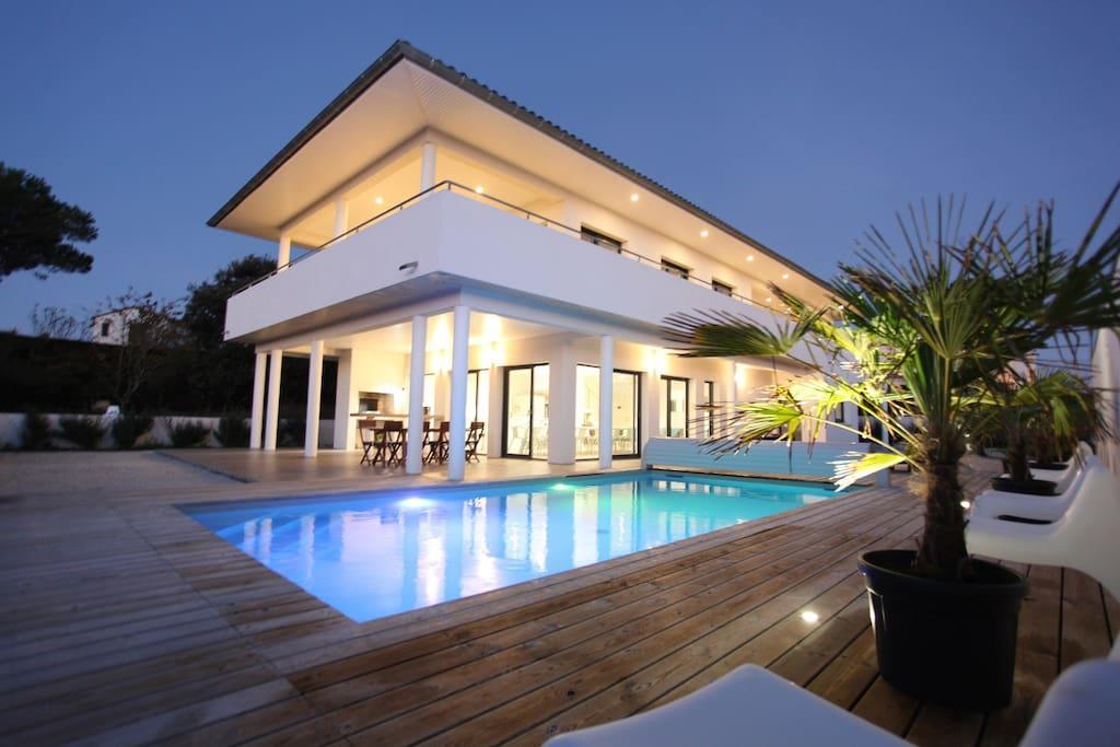 Magnifique villa architecte vue mer villas louer for Architecte charente