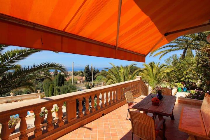 Gemütliche Terrasse mit Meerblick