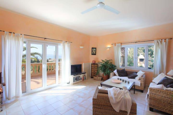 Stilvolles Wohnzimmer mit Zugang zur Terrasse