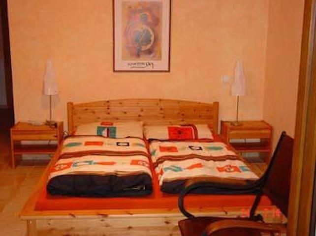 Großes Schlafzimmer mit Terrasse und Meerblick
