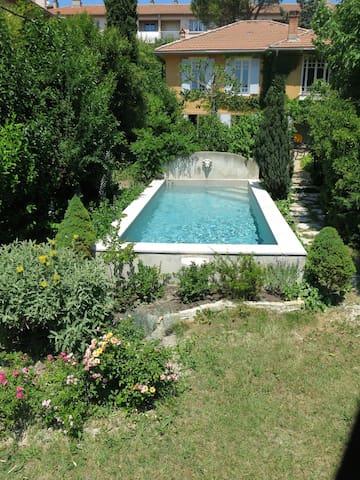 Maison , piscine, petite pelouse pour dorer