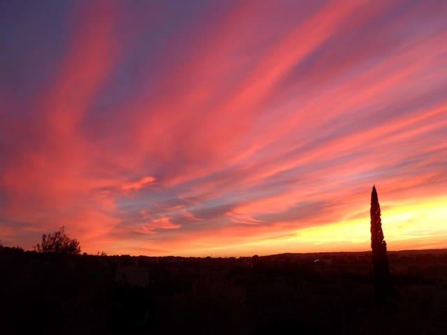 Von der Terrasse traumhafte Sonnenuntergänge genießen