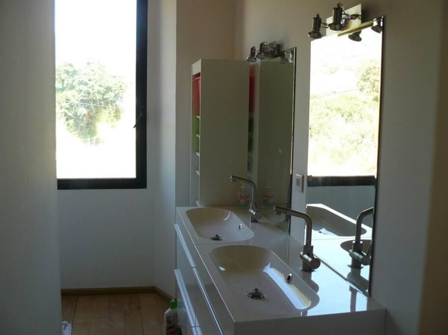 Salle de douche double vasque étage1