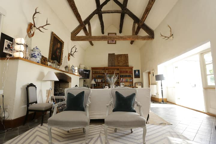 Stunning Cotswold barn conversion for 6-10 people
