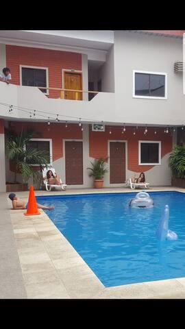 Habitacion familiar privada con garaje y piscina