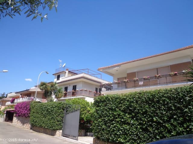 Villa Lidia with 4 little appartments (each45m2) - Formia - Dom