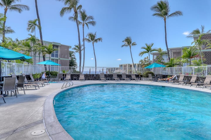 Oceanfront condo w/ shared outdoor pool & grills - quick walk to town!