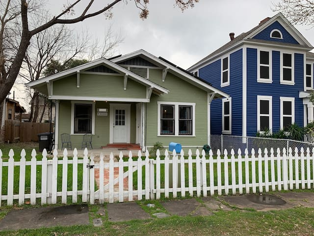 Casita Salinas - A Charming Downtown Bungalow
