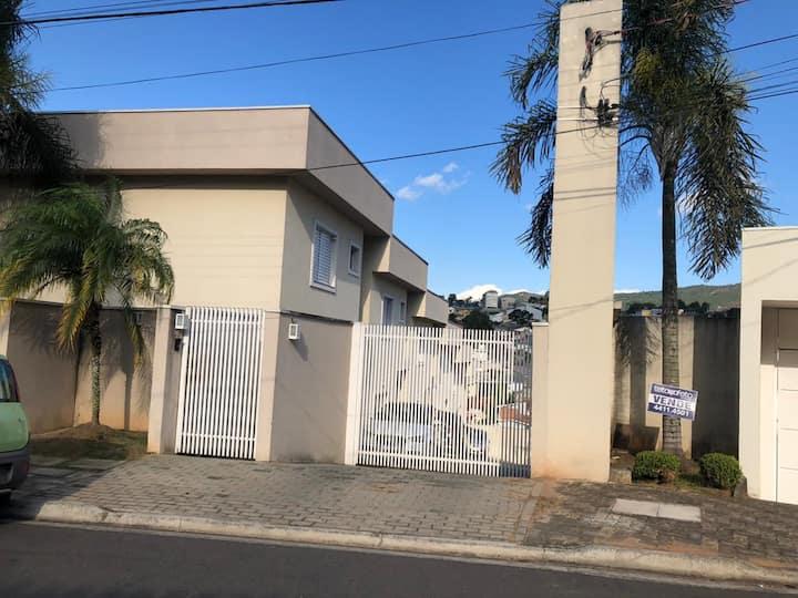 Casa de condomínio em área nobre de Atibaia