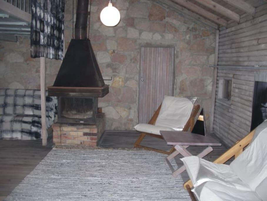 Salon na dole z kominkiem i dodatkową kanapą do spania