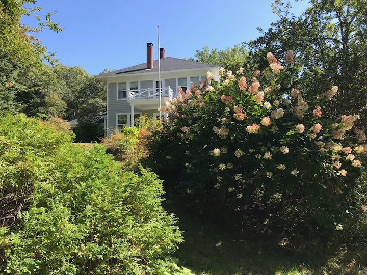 Beautiful Pemaquid Harbor home that sleeps 11, with association dock and tennis court
