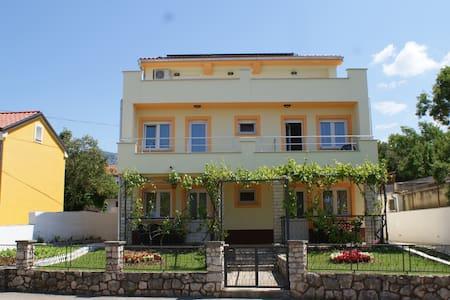 Apartments Rudy (2+2) app2 - Jadranovo - アパート