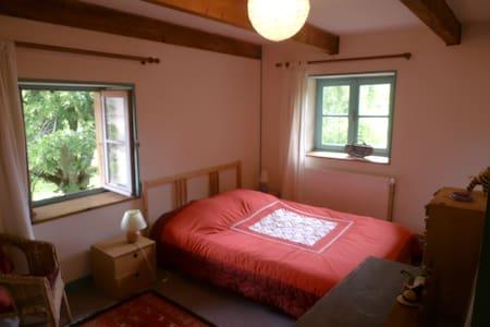 2 chambres calmes, sdb privative - Matour - Huis