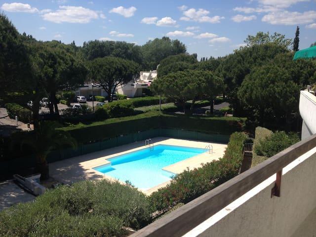 T2cab terrasse avec vue piscine appartements louer for Camping la grande motte avec piscine