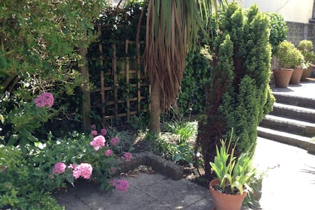 In charming garden flat by the sea - Weston-super-Mare