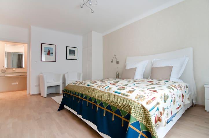 Schlafzimmer; Klimaanlage; Parkettboden; Italienisches Designer Doppelbett (210 x 180); grosser Flatscreen; W-LAN