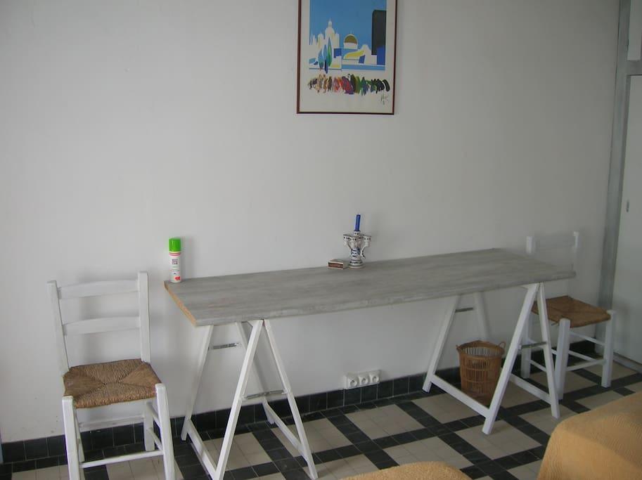 chambre 2 avec 2 lits simple, bureau et placard