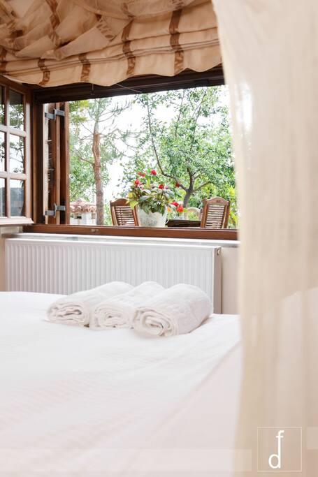 Υπνοδωμάτιο με υπέρ-διπλό κρεβάτι και μαγική θέα στον κήπο μας!