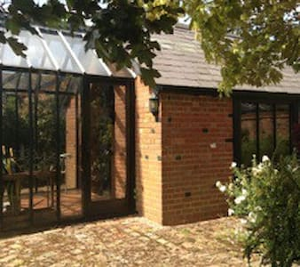Peaceful secluded Studio  with private parking - COBHAM