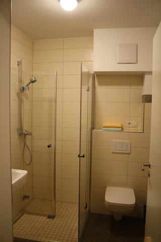 sehr schönes Bad mit ebenerdiger Dusche