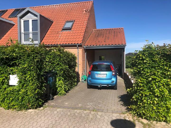 ½ dobbelthus med hyggelig have og 4 sengepladser
