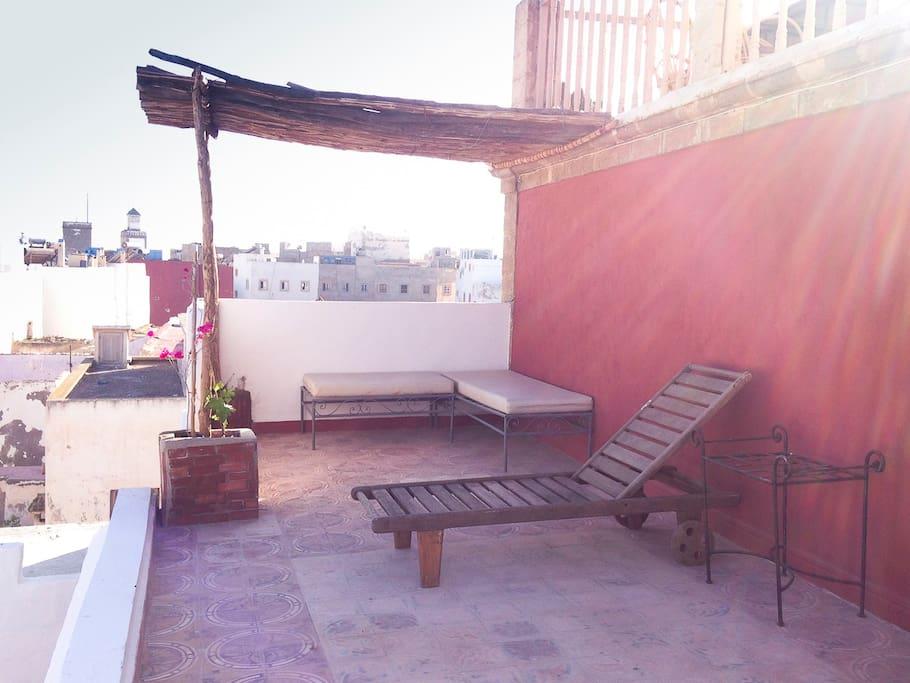 La terrasse du haut et la chaise longue pour profiter du soleil
