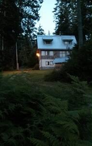 Otter Point Retreat (Salal House)  - Ház