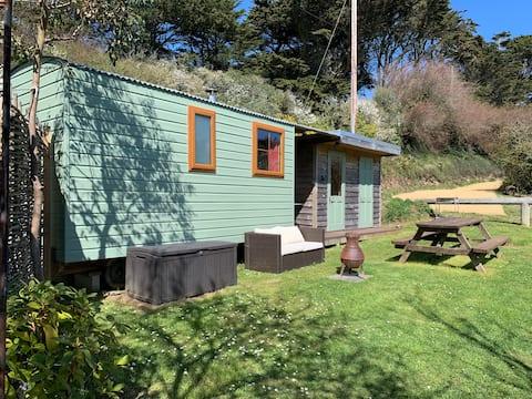 Deluxe Shepherds Hut2, Porthcothan Bay, near beach
