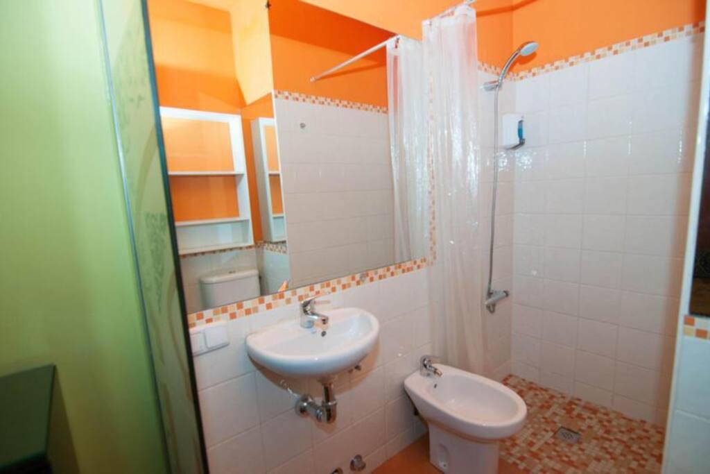 Baño individual completo con amplia ducha