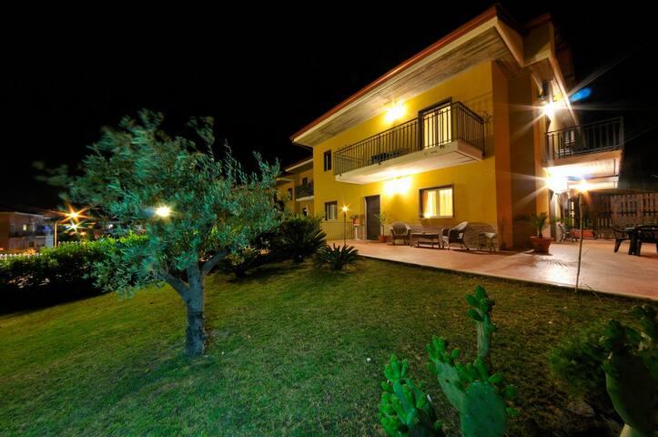 piano intero di villa con giardino - Giardini Naxos - Villa