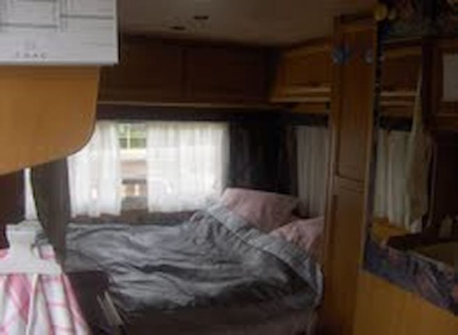 une chambre dans un camping car - Savigny-sur-Braye - Karavan/RV