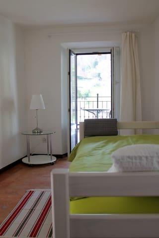 Camera da letto singola con accesso al balcone (secondo piano)