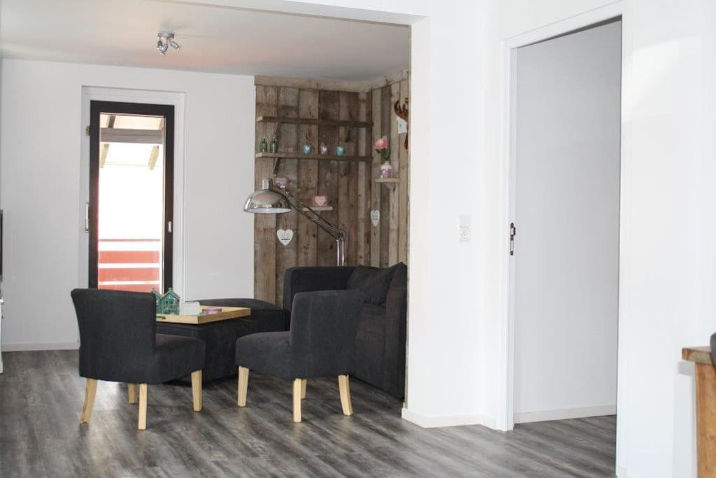 Gezellige ruime woonkamer met toegang tot terras, tv met commerciele zenders aanwezig