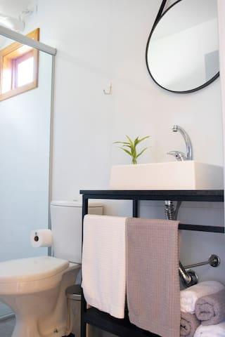 Banheiros privativos com chuveiro aquecido a gás e energia elétrica, torneiras com água aquecida e toalhas macias.