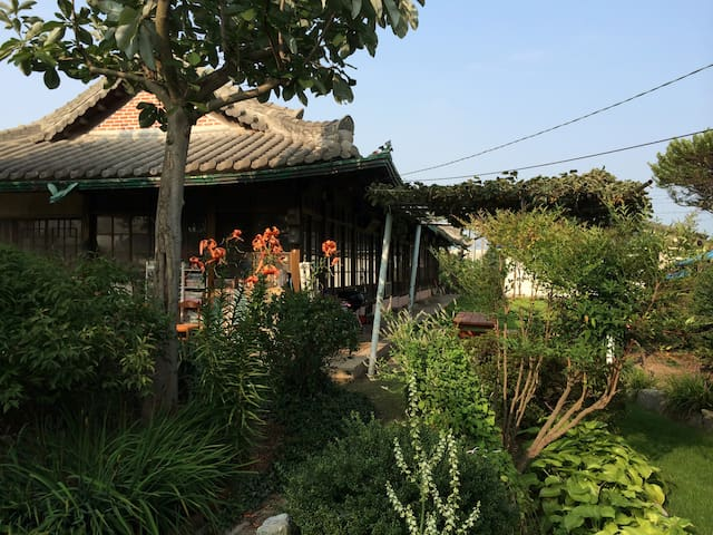 2번방, 자연을 닮은 예쁜 정원이 함께하는 정휴당 민박 - Baekgu-myeon, Gimje - Casa cueva