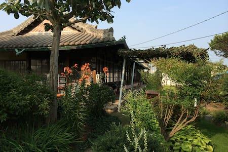 2번방, 자연을 닮은 예쁜 정원이 함께하는 정휴당 민박 - Baekgu-myeon, Gimje - Rumah Bumi