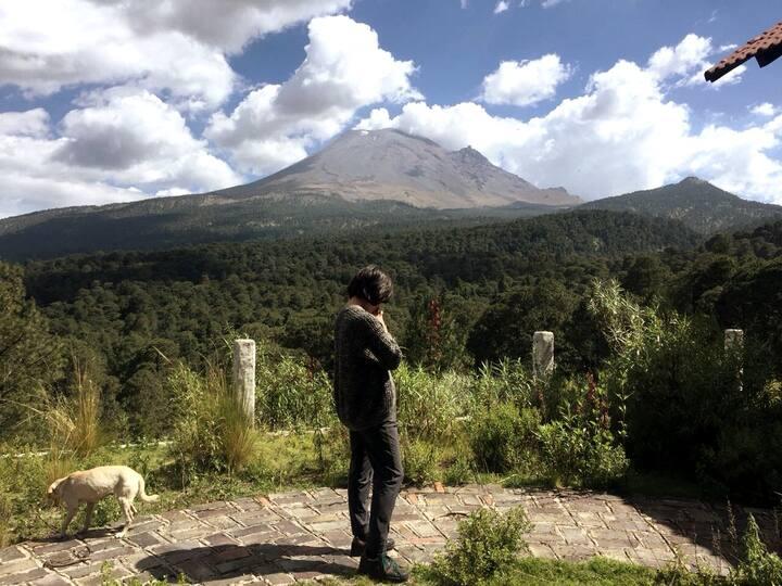 Contemplando al volcán