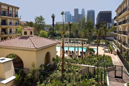 Cozy apartment in HEART OF LA BBQ,pool,gym,parking