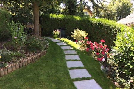 Chambre duplex entrée et jardin privés - vue lac - Blonay - 独立屋