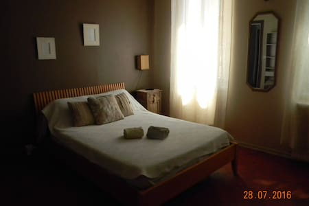 Charming bedroom in an 19th century house - Avignon - Haus