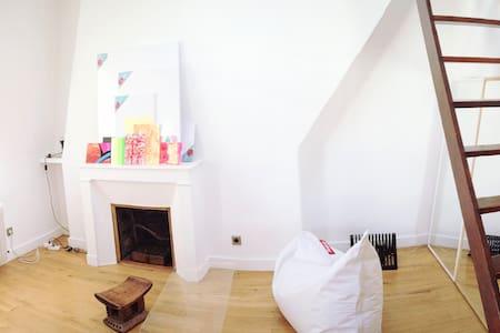 Sunny & quiet top floor 1-bedroom flat - ปารีส