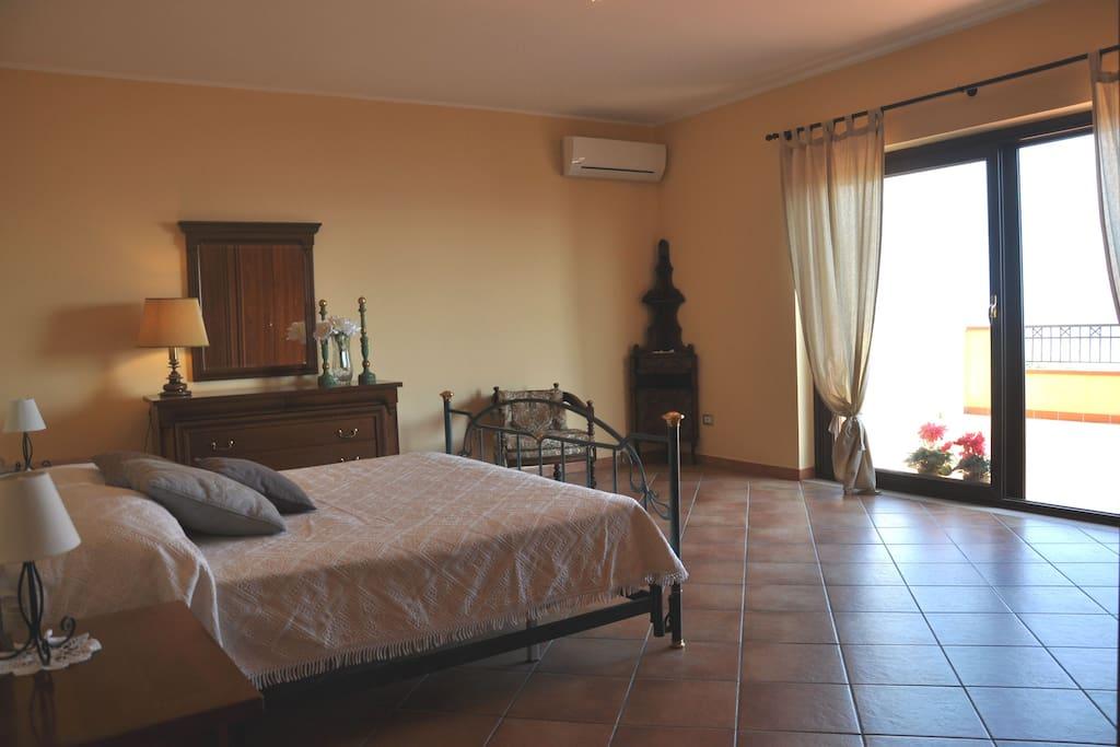 Camera da letto matrimoniale con terrazza vista mare.