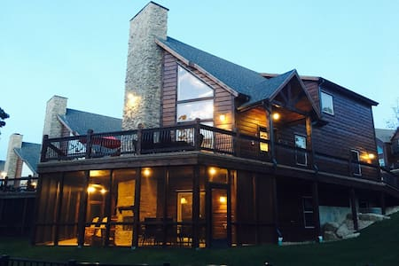 LUXURY Lakefront Log Lodge, Waterpark, Next to SDC - Branson