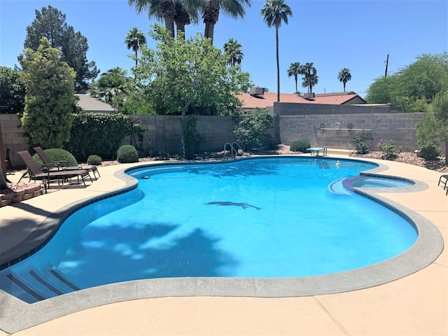 Mid-Century-Mod Luxe Oasis w/ Pool-7 Mins to Strip