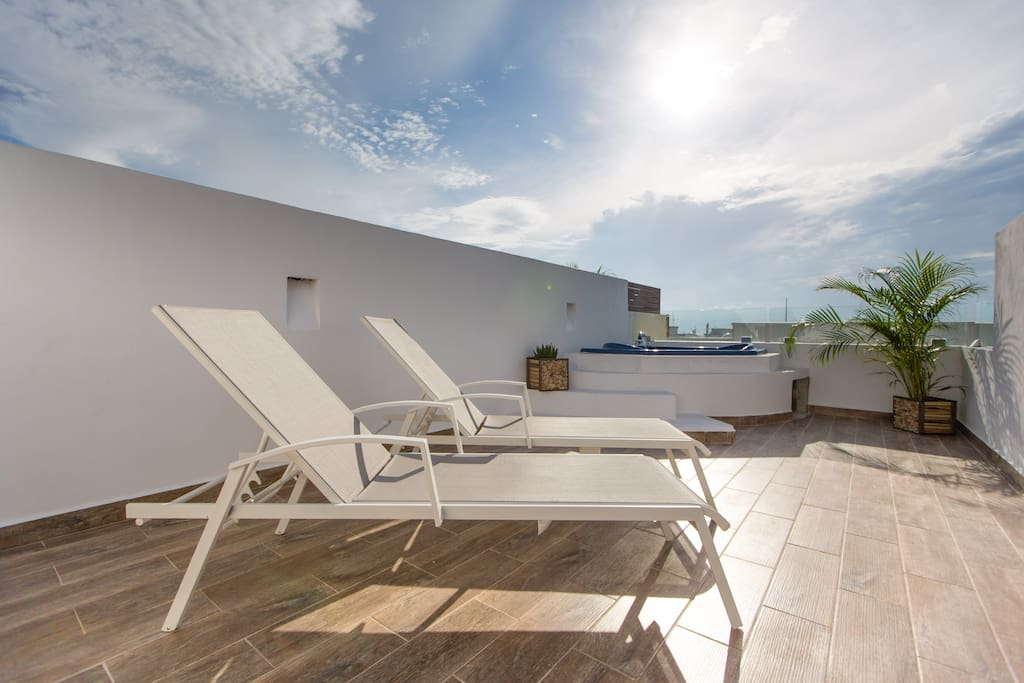 An incredible rooftop of 70 sq. m. (aprox 750 sq. ft.) to be enjoyed with dinner table, umbrella, sunbeds, BBQ  and the spacious jacuzzi. Something rare in the heart of Playa!