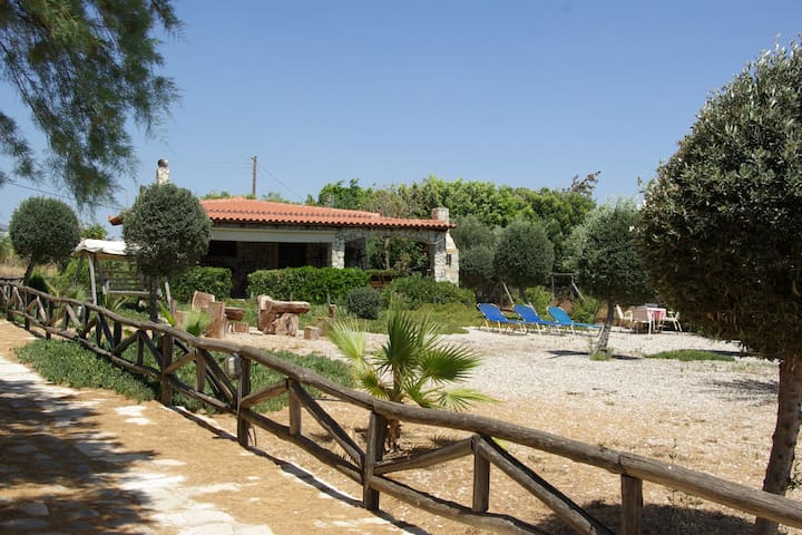 Beach House - unique & private holidays at the sea - Kokkinos Pirgos - Hus