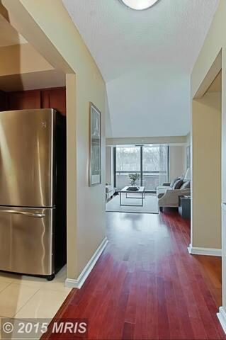 Private Room in Luxury Condo - Falls Church - Condominium