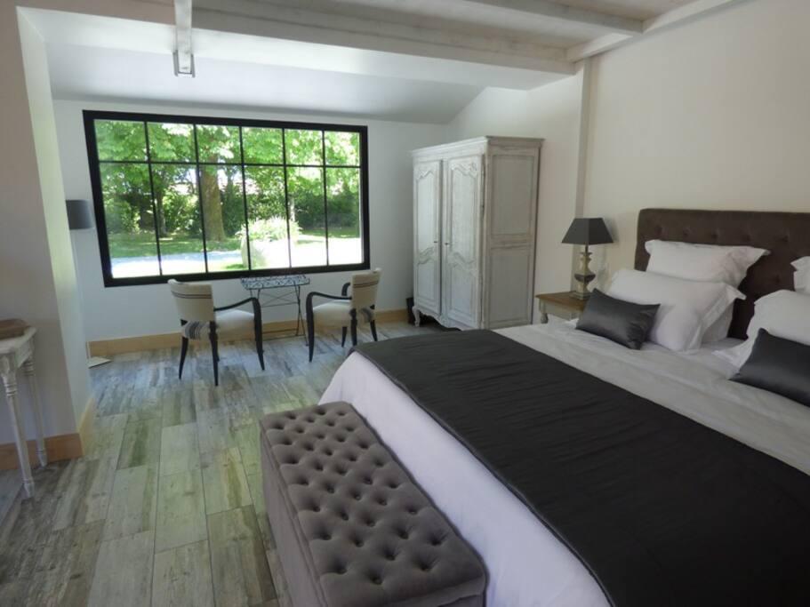 Suite CAMPAGNE, 40m², lit king size, salon et terrasse privée, vue sur le parc (150€/nuit)