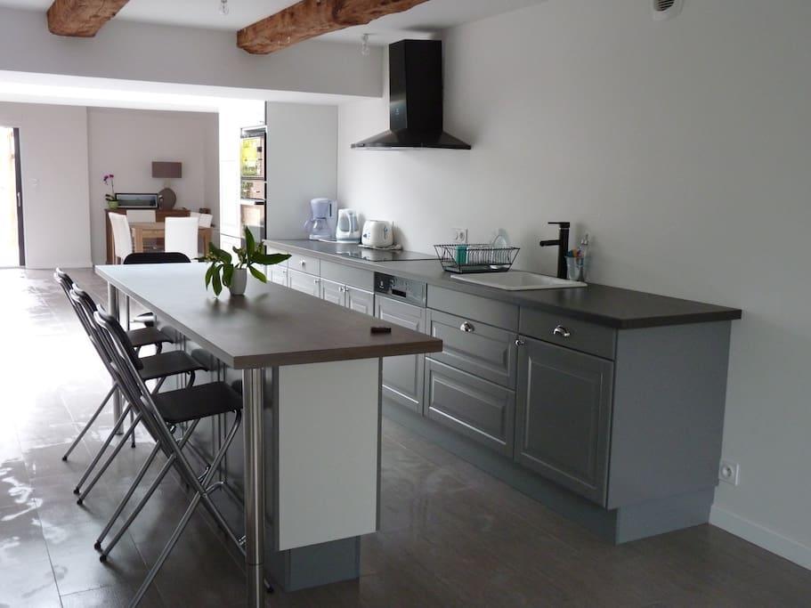 La cuisine est équipée d'un lave-vaisselle, de plaques à inductions, d'un four, d'un micro-ondes, d'un réfrigérateur et d'un congélateur.